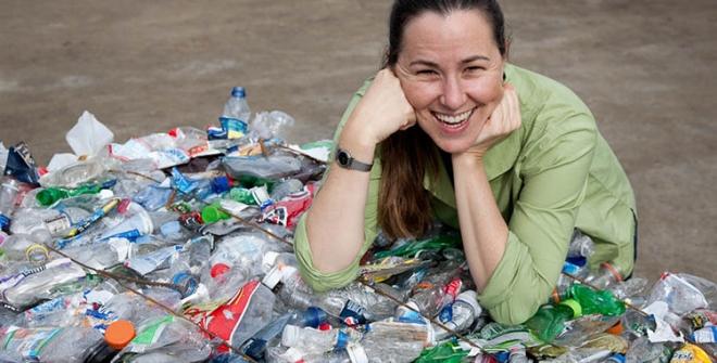 Mujer y plásticos de reciclaje